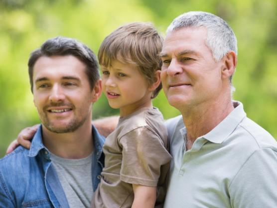 abuelo-padre-e-hijo-sonriendo-parque_13339-25935